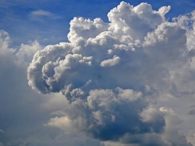 Eine Gewitterwolke wächst empor.