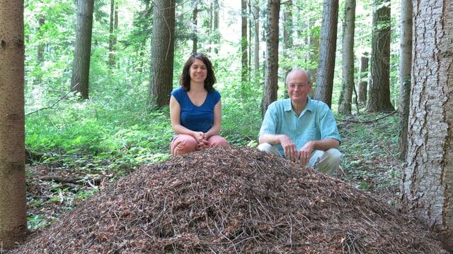 Paul Döbeli und Christine Arnold  hinter einem Ameisenhaufen