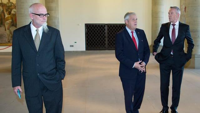 Bruno Moser, Hans Stöckli und Werner Luginbühl im Rathaus.