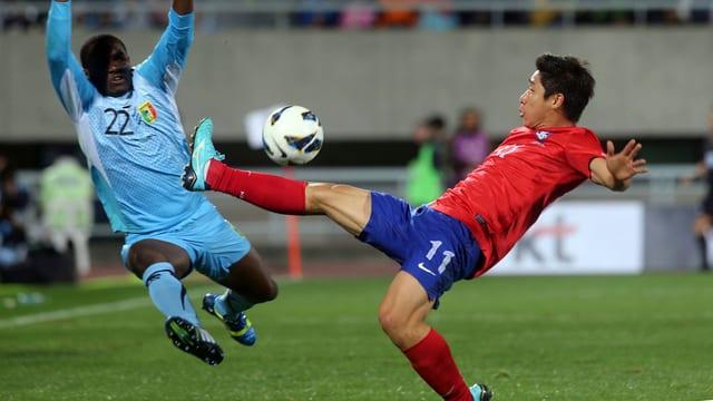 Ein Star in Asien. Lee stürmt für Ulsan, mit welchem er 2012 die asiatische Champions League gewann und als bester Spieler des Wettbewerbs ausgezeichnet wurde. Spielte in 12 von 14 WM-Quali-Partien und erzielte dabei 5 Tore.