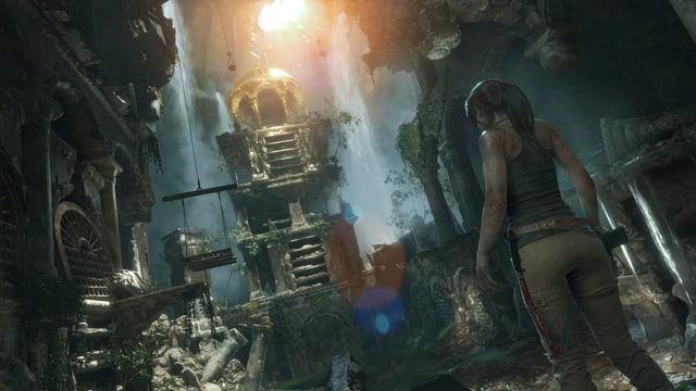 Lara Croft steht vor einer Ruine.