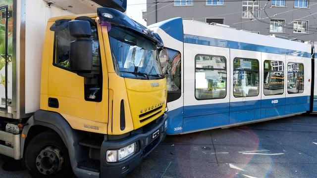 Ein Tram und ein Lastwagen sind ineinander verkeilt am Zürcher Hegibachplatz