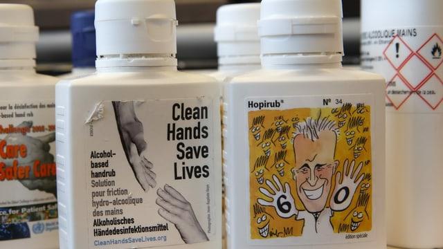 Flaschen mit Desinfektionsmittel-Aufklebern