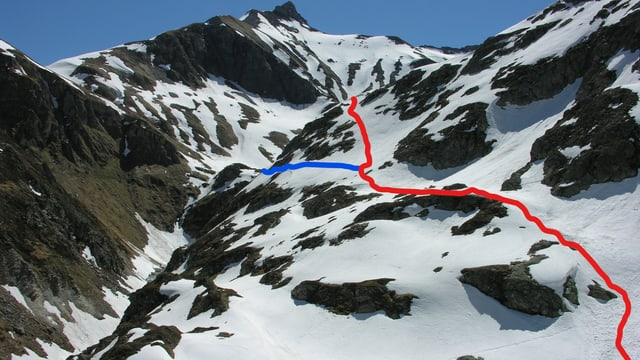 Vista davent da la chamona dal Terri. Cotschen: senda existenta. Blau: part nova da la senda. La punt vegn davos il mut.