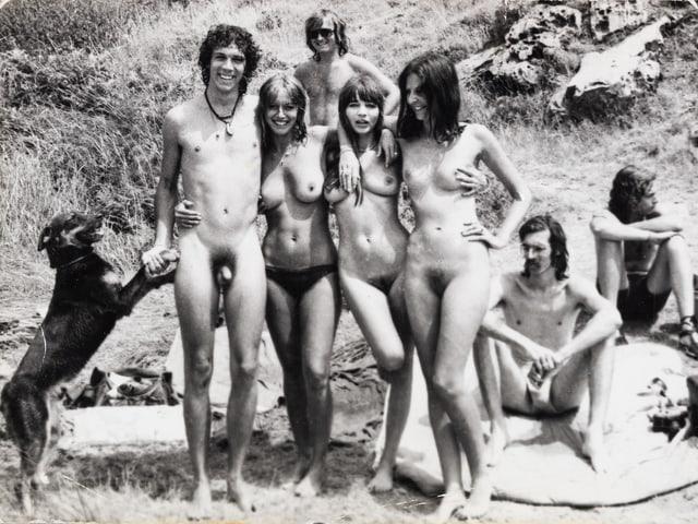 Schwarz-Weiss-Foto: Ein nackter Mann und drei nachte Frauen.