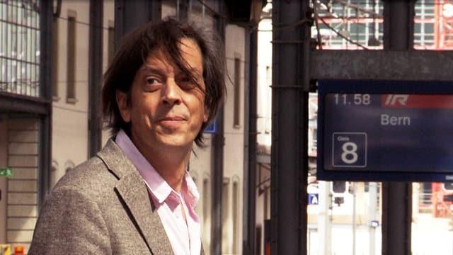 Pedro Lenz steht am Bahnhof Olten.