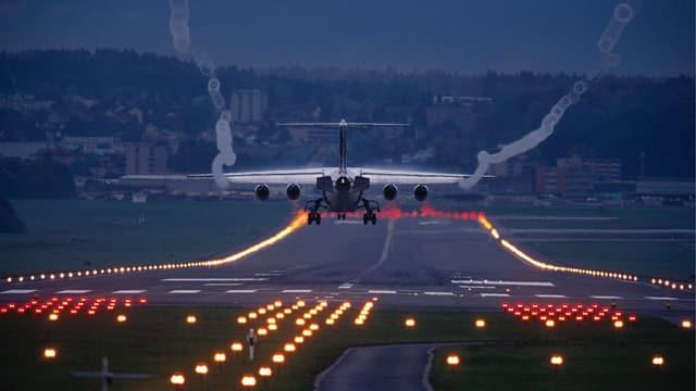 Flugzeug landet in Zürich-Kloten.