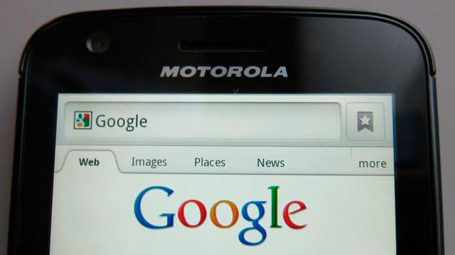 Ein Motorola-Handy mit der Suchseite von Google auf dem Bildschirm.