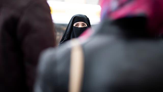 Frau mit Gesichtsschleier
