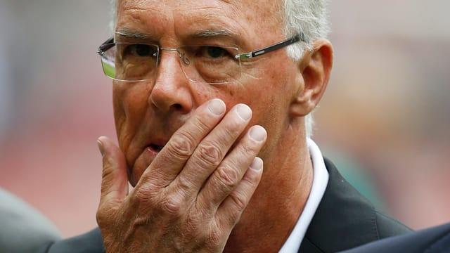Franz Beckenbauer, rechts Hand im Gesicht