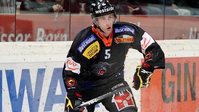 Justin Krueger verteidigt ab der kommenden Saison wieder für den SC Bern.