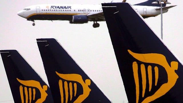 Schwanzflossen und Flugzeug von Ryanair