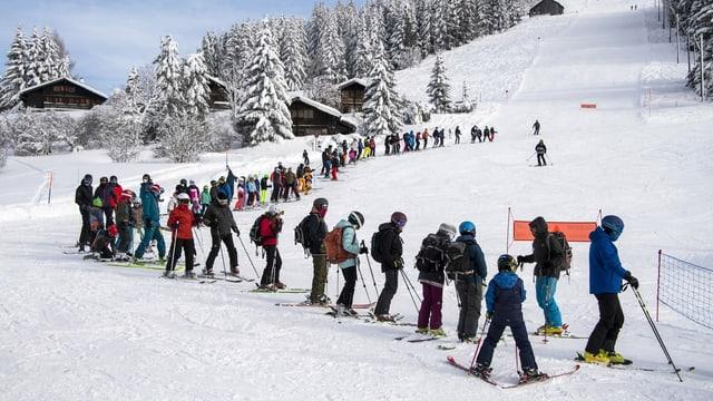 Anstehen am Skilift: Ein Risiko oder vertretbar?