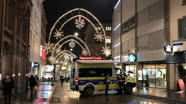 Polizei-Auto mit Aufforderung, Maske zu tragen.