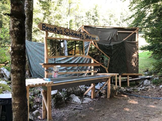 Improvisierte Waschstation im Wald