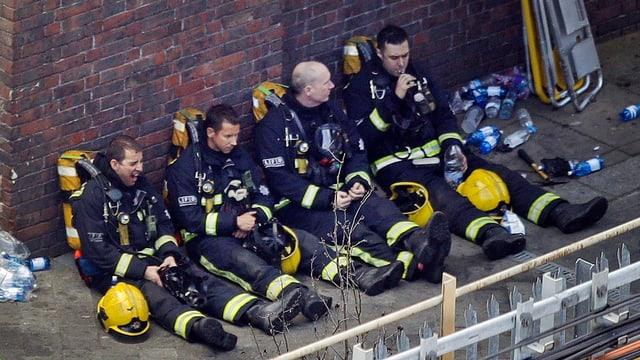 Feuerwehrmänner ruhen sich aus.