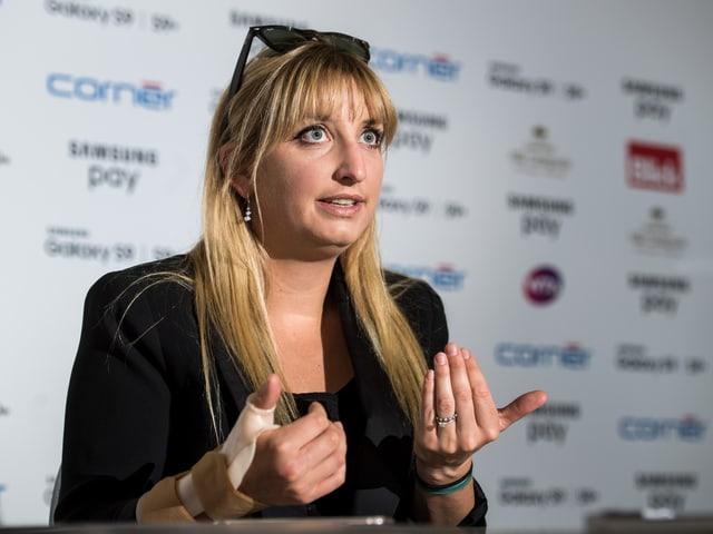 Timea Bacsinszky gibt an einer Medienkonferenz Auskunft.