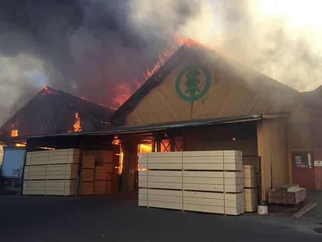 zwei brennende Lagerhallen