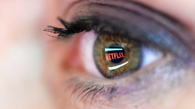 Auge, in dem sich Netflix-Logo spiegelt
