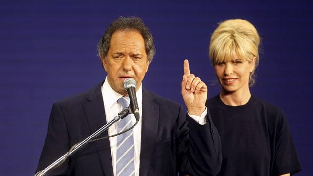 Daniel Scioli discurra suenter l'elecziun preliminara, dasper sia dunna Karina Rabolini.