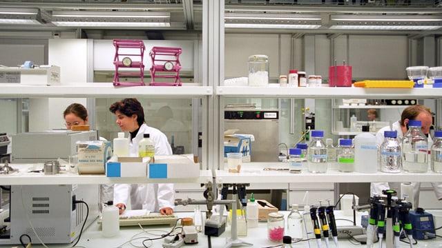 Zwei Frauen im Medizinaltechniklabor an der ETH Hönggerberg.