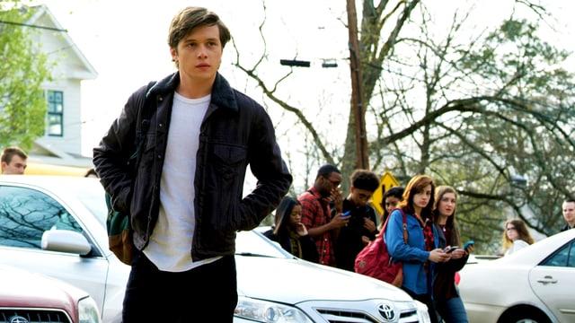Ein Teenager steigt aus dem Auto und geht zur Schule.