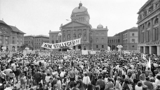 Hunderte Atomkraftgegner demonstrieren vor dem Bundeshaus (Bild aufgenommen: 1987).
