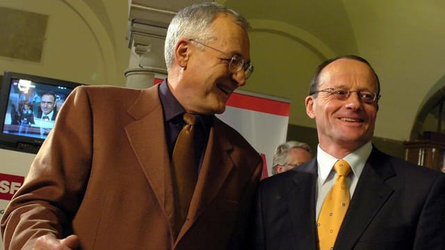 Elmar Ledergerber und Gerold Lauber stehen nebeinander und lachen