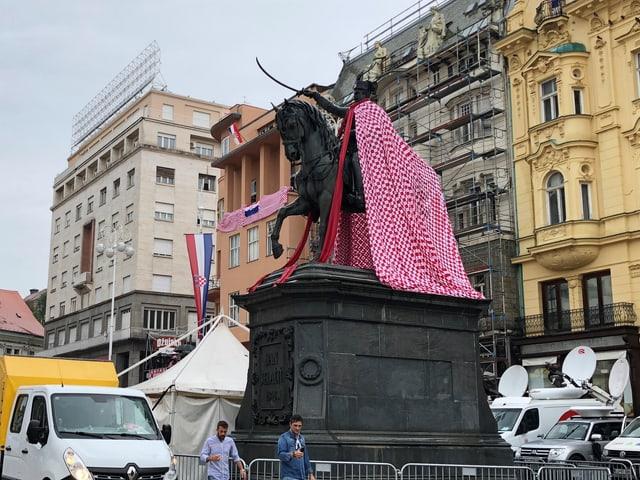 Reiter-Statue mit Umhang.