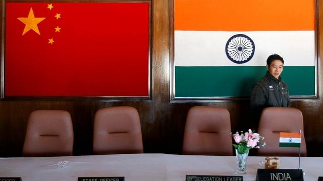 Indiens und Chinas Flaggen.