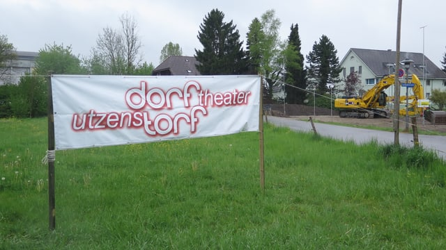 Werbebanner für das Dorftheater Utzenstorf am Strassenrand.