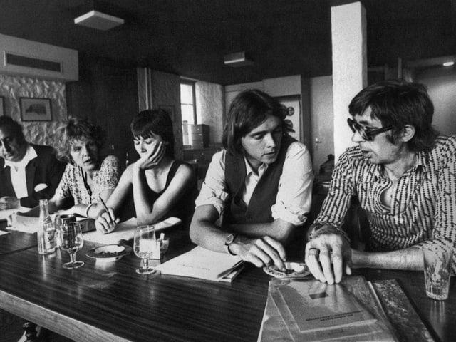 """Oreste Zanolari, Doris Stauffer, Marina Berta, Bernard Rambert, Rechtsanwalt von Petra Krause, und Schriftsteller Walter M. Diggelmann (von links nach rechts) vom """"Komitee gegen Isolationshaft"""" (1978)"""