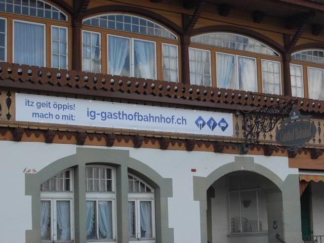 IG-Plakat an der Fassade des Gasthofs Bahnhof Schwarzenburg