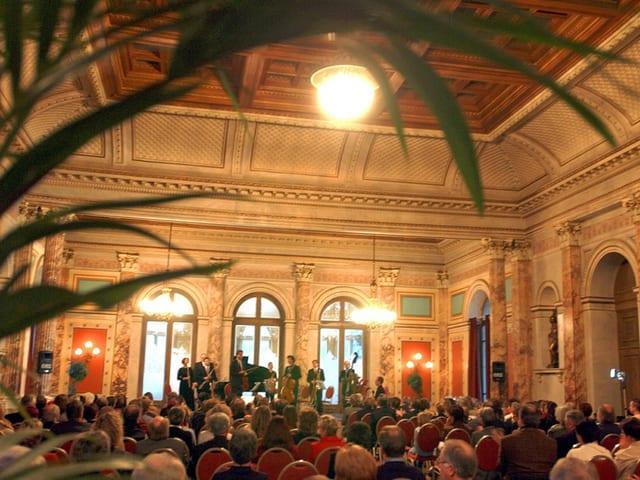 Blick in den Saal des Hotels Schweizerhof