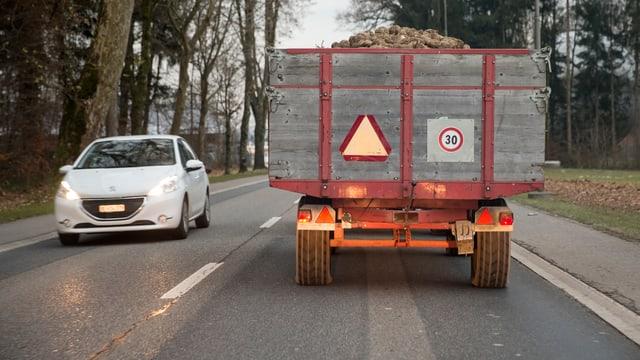 Traktor mit Anhänger, gefüllt mit Zuckerrüben.