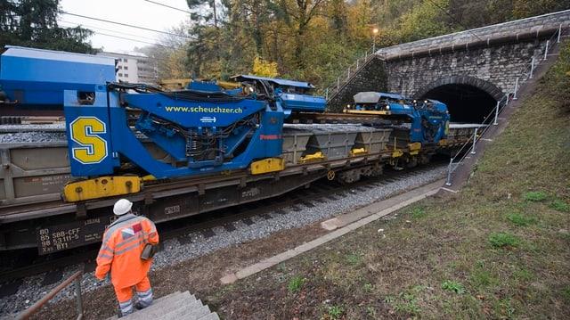 Zug fährt in Hauensteintunnel.