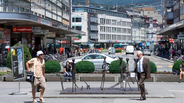 Belebte Strasse in Biel, mit Fussgängern, Autos, Läden.