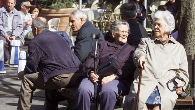Alte Menschen sichte auf einer Bank.