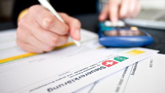 Eine Person füllt eine Steuererklärung aus