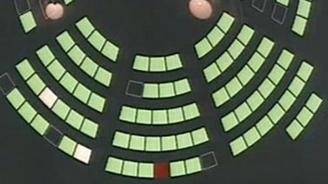 Das Foto zeigt die Wahlresultate im Grossen Rat auf dem Computerbildschirm. Beim Nein leuchtet der Sitz rot.
