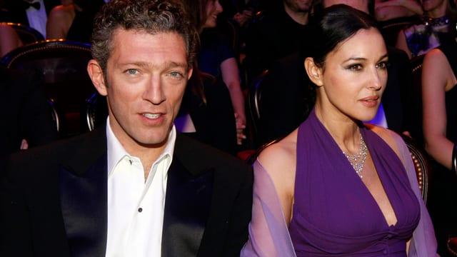 Monica Bellucci und Vincent Cassel sitzend.