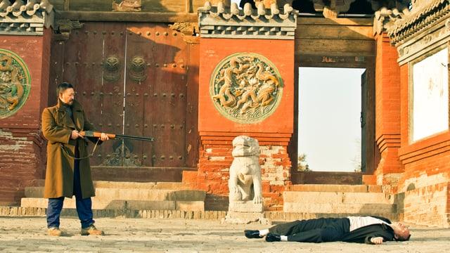 Ein Mann hält die Schroftlinte im Anschlag, sein Opfer liegt bereits tot am Boden.