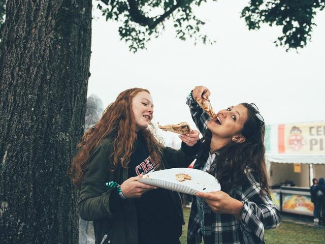 Mädchen und Pizza am Heitere.