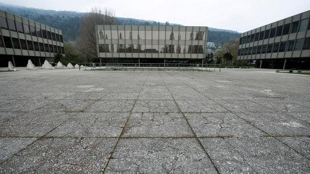 Platz und 3 Gebäude des Gymnasiums Strandboden in Biel.
