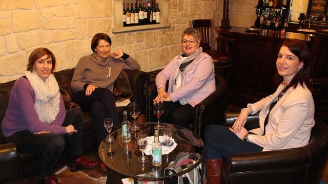 Vier Frauen sitzen an einem Tisch.