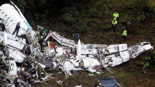 Flugzeug-Trümmerteile und Rettungsarbeiter