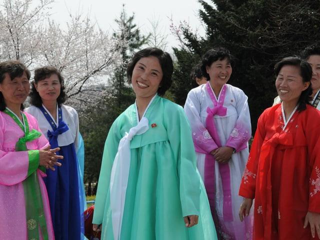 Frauen in bunten traditionellen Kleidern.