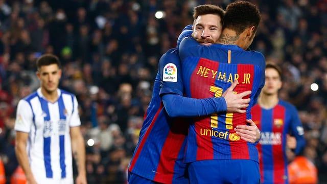 Lionel Messi (Iinks) und Neymar umarmen sich nach einem Tor