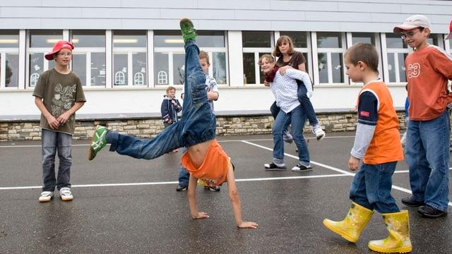 Kinder spielen auf Pausenplatz