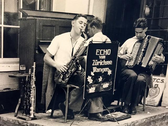 Schwarz-Weiss-Fotografie von einer Volksmusik-Formation